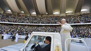 El papa se despide de Abu Dabi con una misa masiva