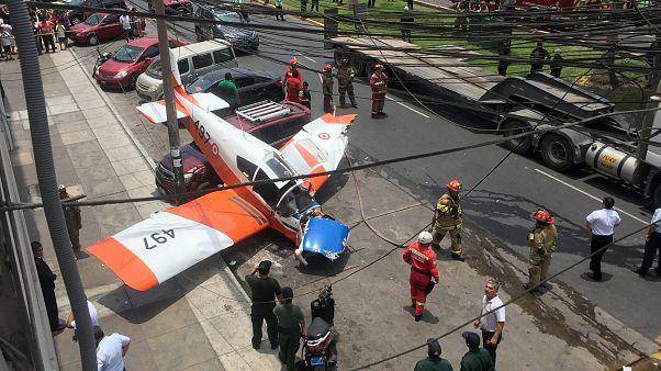 Peru'da küçük bir uçak aracın üstüne acil iniş yaptı