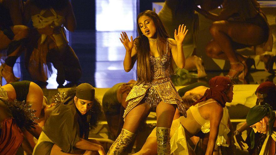"""أريانا غراندي تغني """"الله امرأة"""" خلال حفل جوائز إم تي في"""