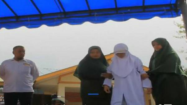شاهد: جلد فتاة بسبب تقبيل شاب على الملأ في إندونيسيا