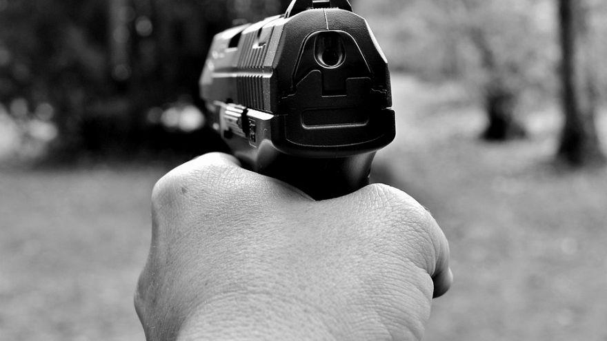 طفل يطلق النار على والدته