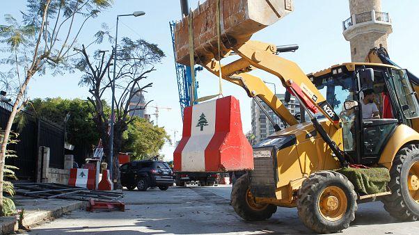 جرافة تزيل كتل إسمنتية من أمام وزارة الداخلية في بيروت