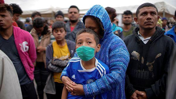 1600 fős menedékkérő csoport érkezett az Egyesült Államok mexikói határához