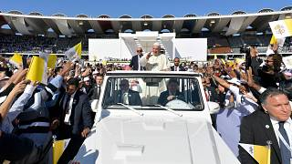 Mädchen durchbricht Sicherheitsabsperrung beim Besuch des Papstes in Abu Dhabi