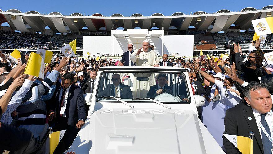 فرار دختربچه از دست محافظان برای دیدار با پاپ