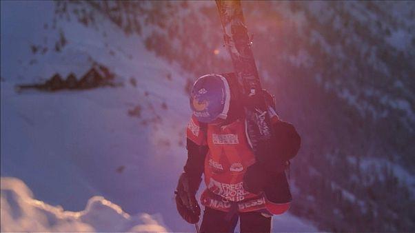 Skifahrer und Snowboarder treffen sich beim Freeride World Tour Event in Kanada