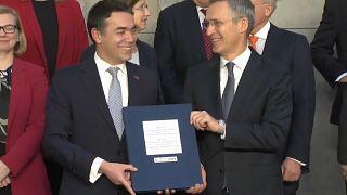 Aláírták Macedónia NATO-csatlakozását