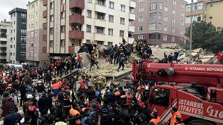 Video: İstanbul'da çok katlı bina çöktü, en az 21 kişi öldü