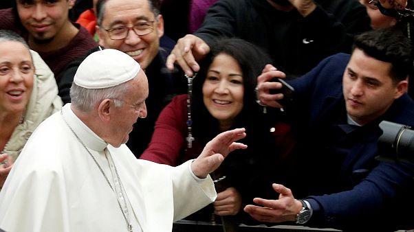 البابا مرحباً بالزوار في قاعة بولس السادس في الفاتيكان