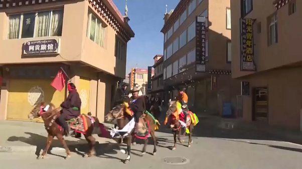 مراسم سوزاندن توت و گردش با اسب به مناسبت سال نوی تبتی