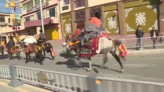فيديو: أهالي التبت يحتفلون بموسم احتراق التوت