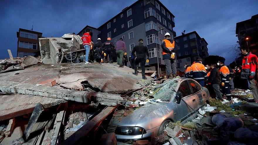 Обрушение жилого дома в Стамбуле: есть жертвы