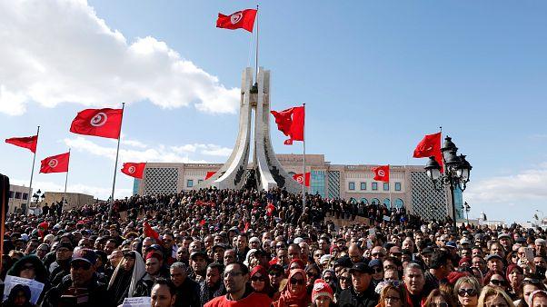احتشد المعلمون في ساحة القصبة أمام مبنى الحكومة التونسية