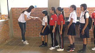 El hambre arrastra a los niños venezolanos a la escuela
