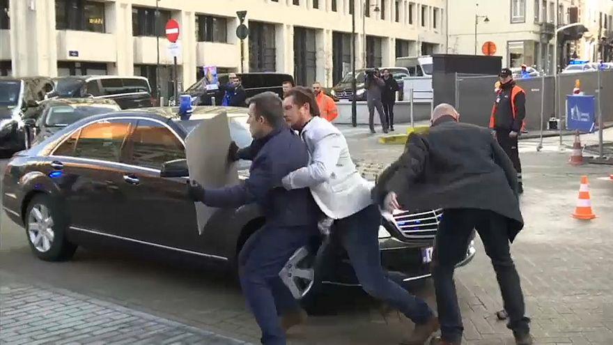 شاهد: متظاهر يحاول اعتراض موكب تيريزا ماي أمام مقر الاتحاد الأوروبي في بروكسل