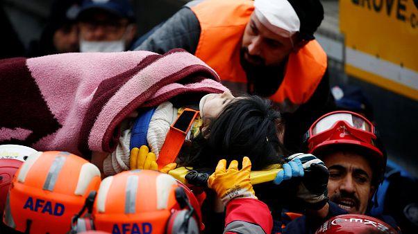 Istanbul : les secours extirpent une fillette des décombres de l'immeuble effondré