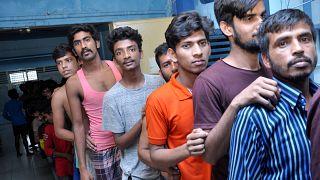 رجال من بنجلاديش يصلون الى مركز احتجاز للمهاجرين في سومطرة الشمالية