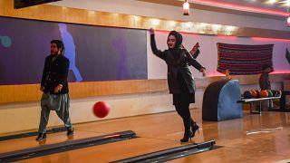 بولینگ، سرگرمی جدید زنان و مردان مزارشریف افغانستان