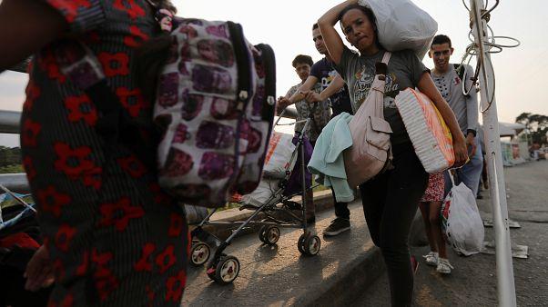 شاهد: فنزويليون يمشون إلى كولومبيا للحصول على المساعدات