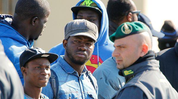 Migrantes africanos do centro de Mineo, em Itália, são relocalizados