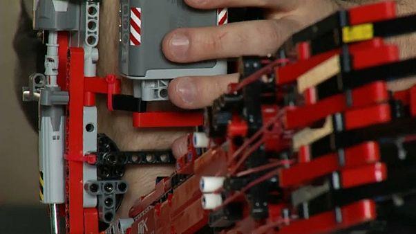 Mattoncino dopo mattoncino, costruisce il suo braccio di Lego