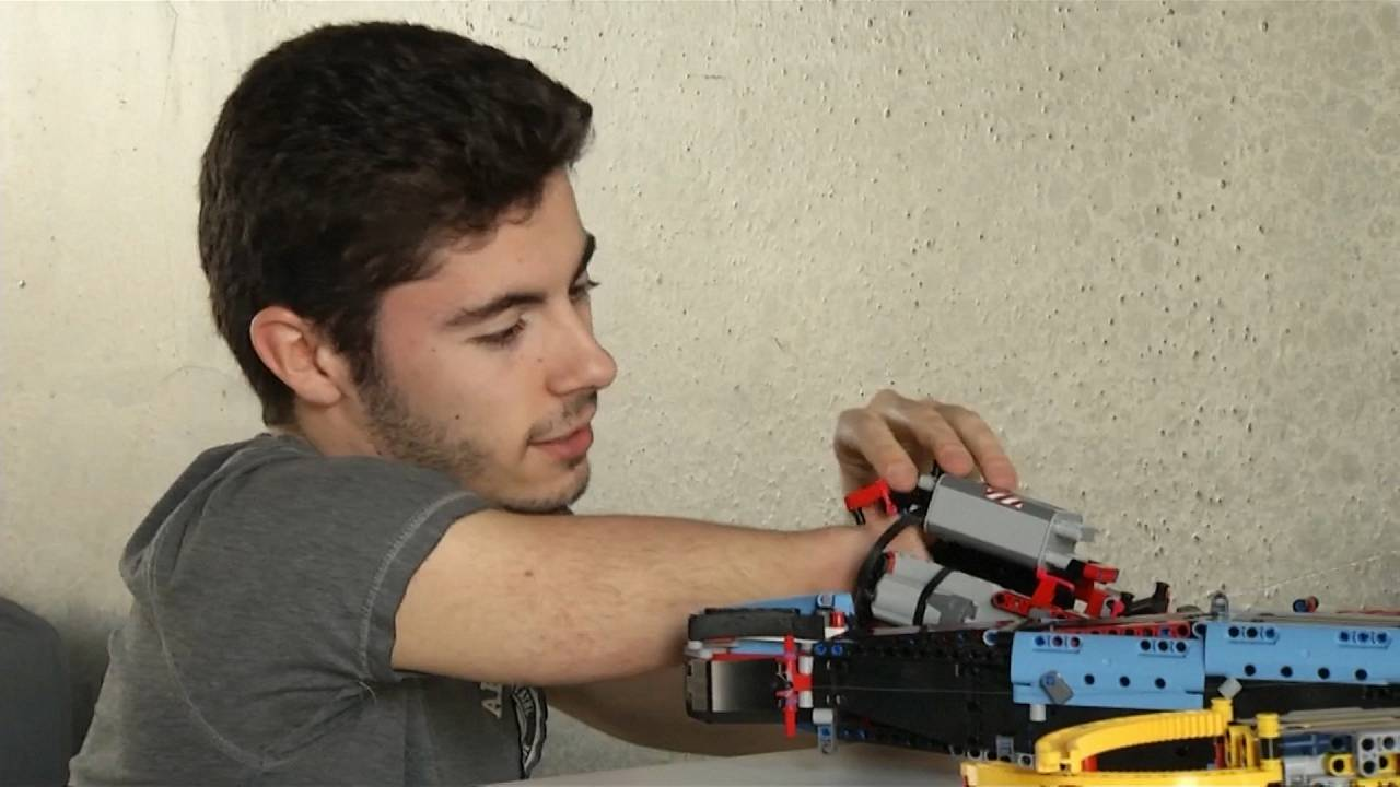 19 yaşındaki biyomühendis engelini hayal gücüyle aştı, legolardan protez kol tasarladı