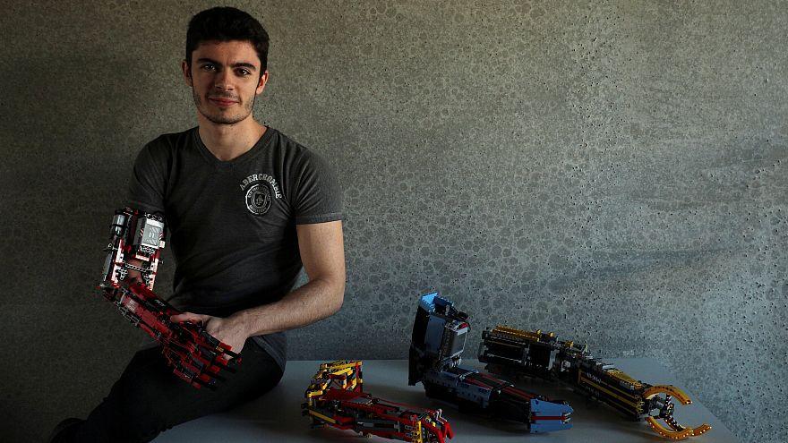 Ένας σύγχρονος ήρωας με χέρι από LEGO