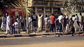 """مسؤول: إصابات ناجمة عن """"أداة صلبة"""" تسببت بوفاة معلم سوداني في الحجز"""
