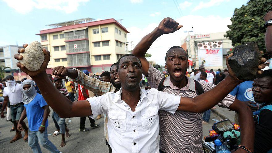 Des Haïtiens en colère manifestent contre la vie chère, 2 morts