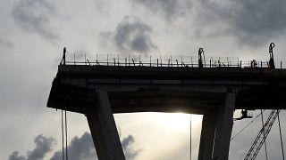 Giù il primo pezzo del ponte Morandi