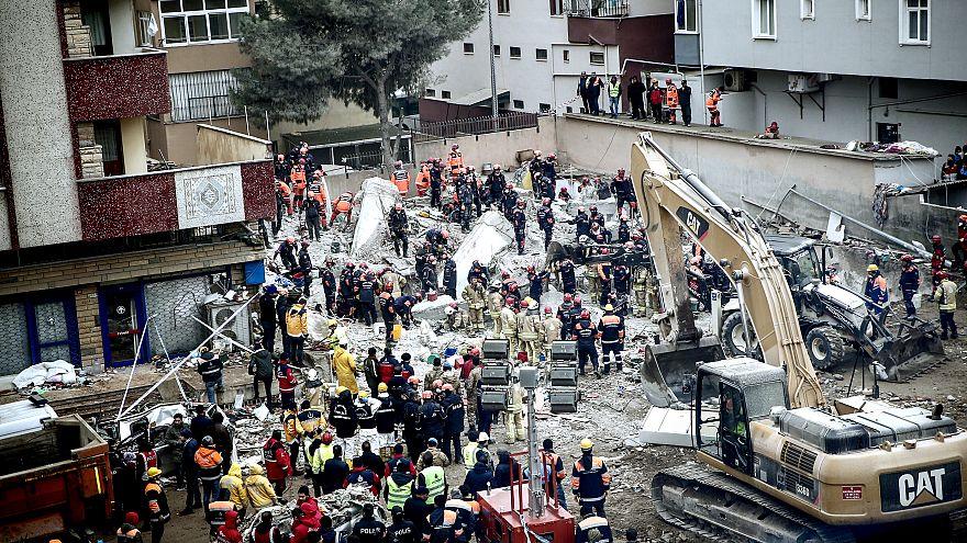 İstanbul'da bina çöktü