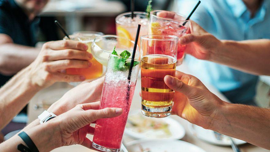 Un estudio revela si 'beber cerveza antes del vino' disminuye la resaca