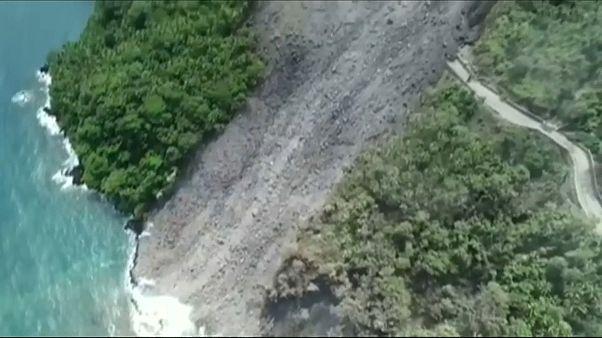 Endonezya: Karangetang volkanının lavları köy yolunu kapattı