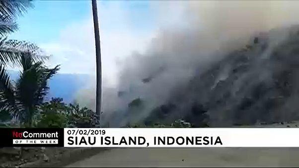 شاهد: ثورة بركان كارانغيتانغ في إندونيسيا يجبر المئات على الفرار