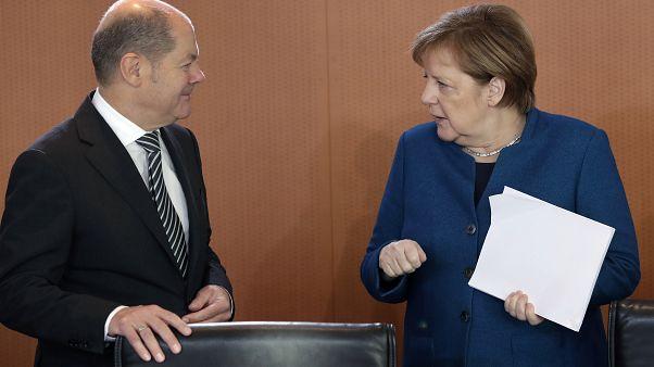 المستشارة الألمانية برفقة وزير المالية أولاف شولتز