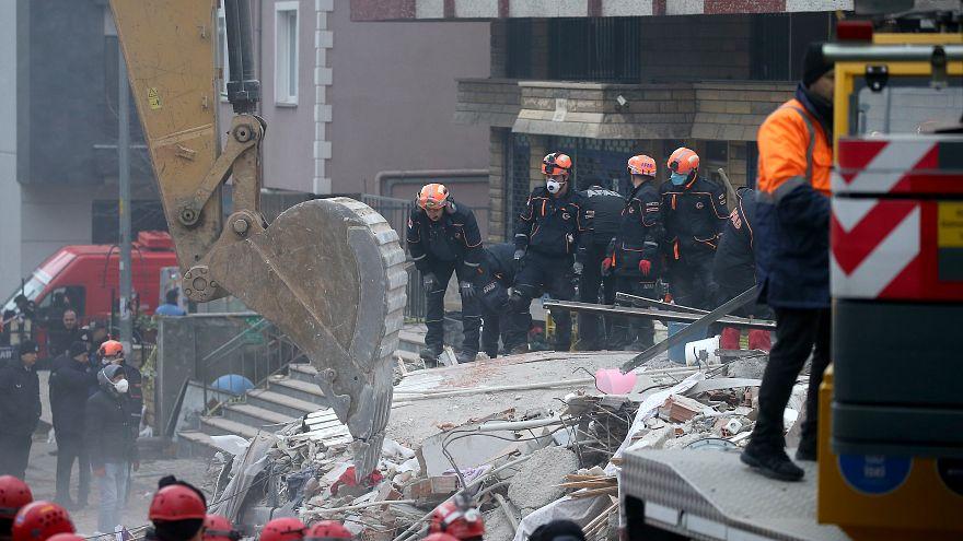 AKUT: İstanbul'da çöken binada son moloz kalkana kadar umut devam ediyor