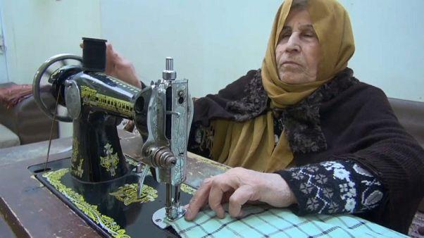 فيديو: سيّدة كفيفة من كردستان تعيل أسرة من عملها كخيّاطة