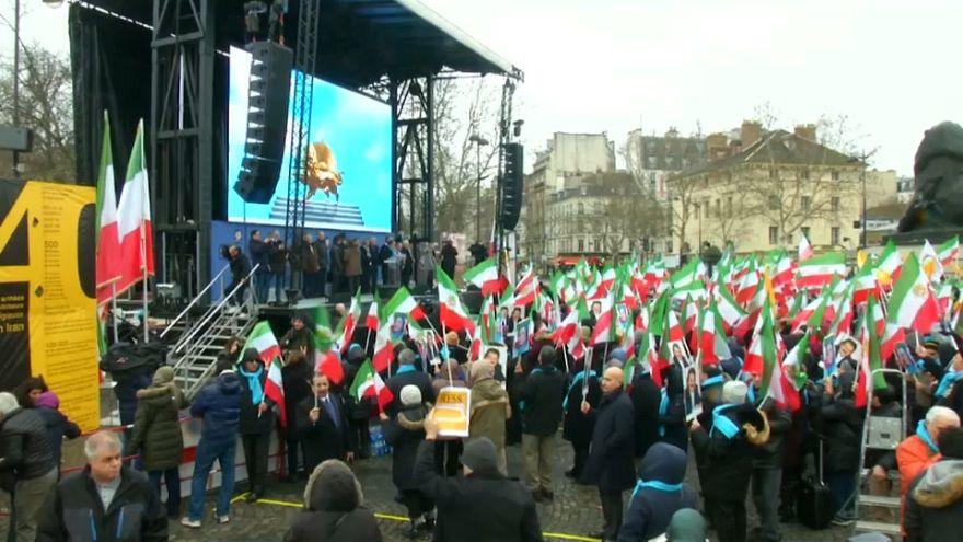 Paris'te İranlılar ülkelerindeki rejimin değişmesi için gösteri düzenledi