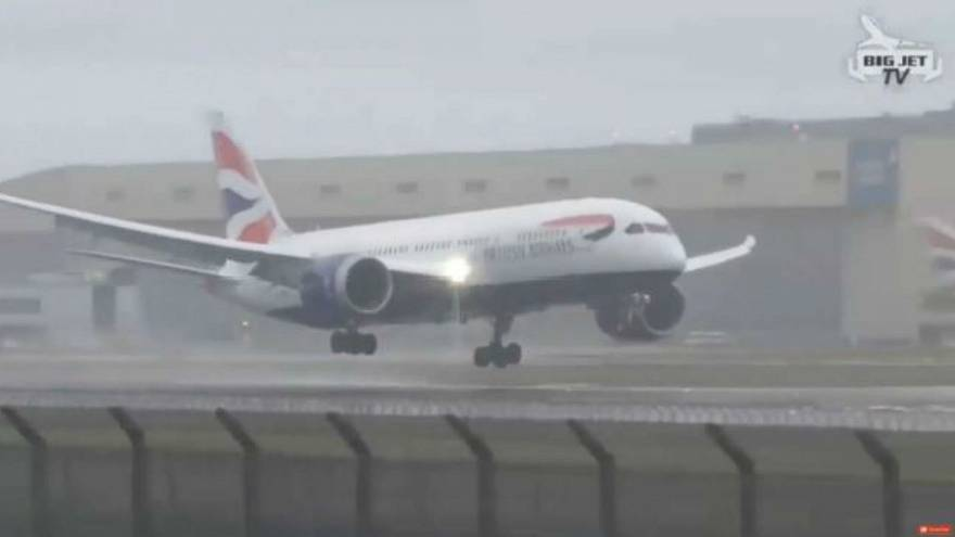 Pilot explains why aborted landings are common during windy conditions, calls it 'safe' procedure