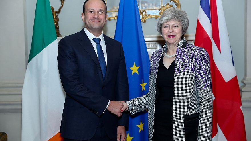 Ezúttal az íreket próbálja megnyugtatni May