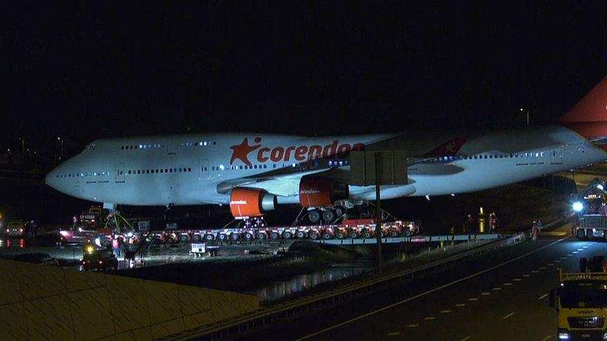 طائرة البوينغ أثناء سحبها إلى مقرها الأخير