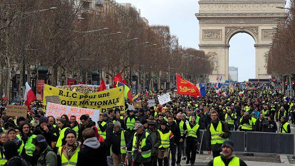 الأسبوع الثالث عشر لاحتجاجات السترات الصفراء وشعبية ماكرون في ارتفاع