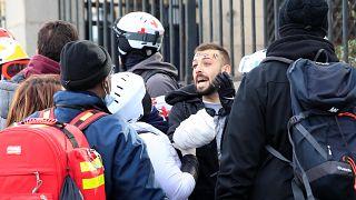Кровь на ограде французского парламента