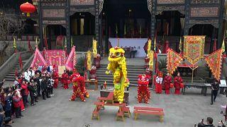 صينيون يحتفون بإله الثروة ويصلون من أجل حظ سعيد في خامس أيام السنة القمرية الجديدة