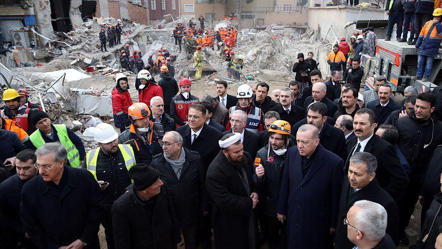 ارتفاع حصيلة قتلى مبنى اسطنبول المنهار إلى 18 وأردوغان يزور الموقع