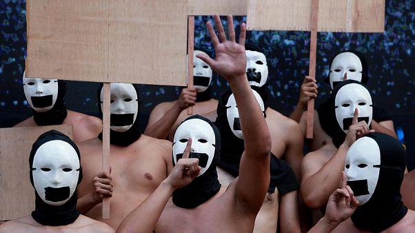 شاهد: أعضاء أخوية فلبينية يتظاهرون عراة لدعم حرية التعبير والإعلام