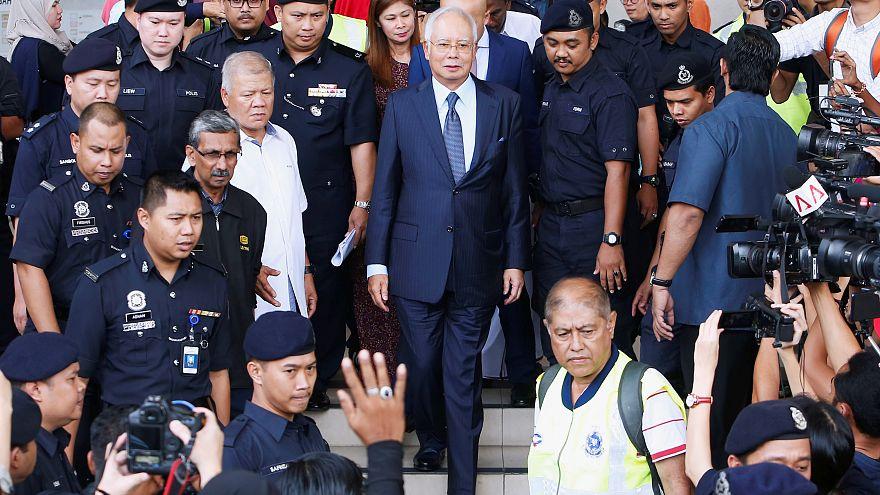 رئيس وزراء ماليزيا السابق نجيب عبد الرزاق يغادر محكمة في كوالالمبور