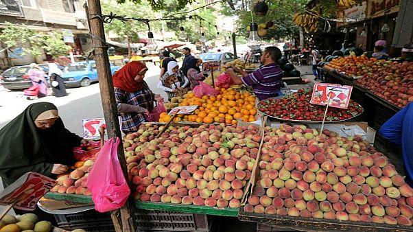 نساء يتسوقن في سوق للخضروات والفاكهة بالقاهرة