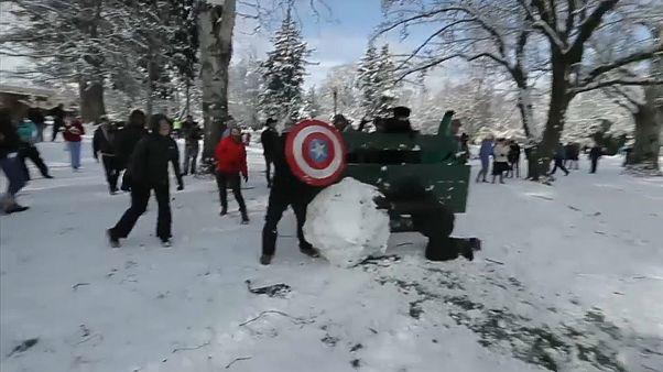 بعض المشاركين في تقاذف كرات الثلج في سياتل