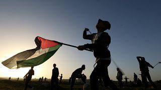 filistin bayrağı tutan insanlar, gazze şeridi